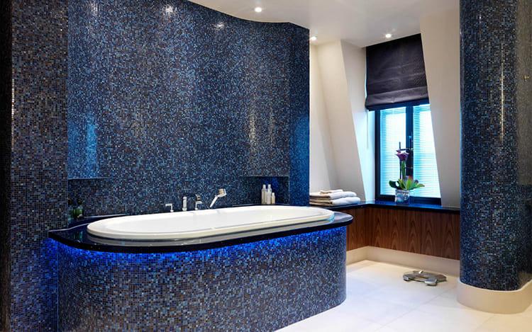 Палитра в синих и голубых цветах часто используется для бассейнов и ванных комнат