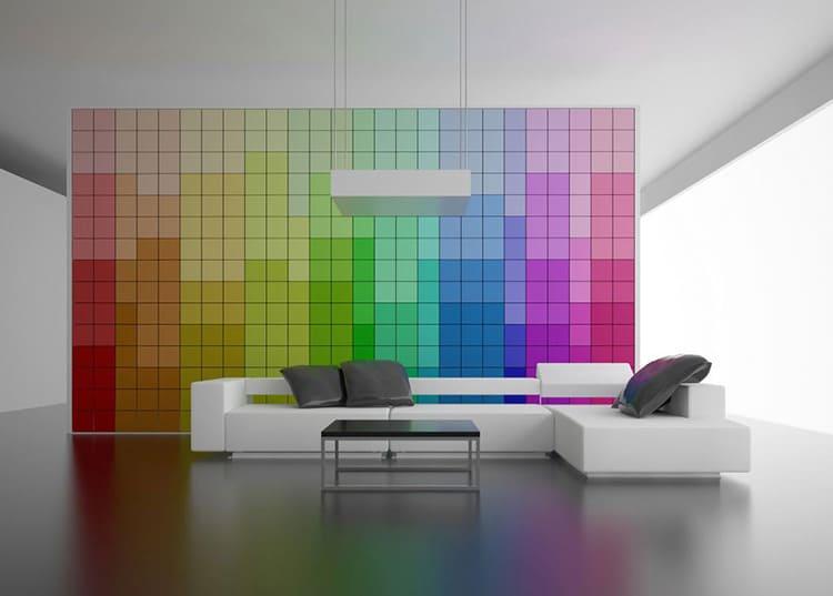 На основном сдержанном и холодном фоне органично смотрится мозаичное пятно всех цветов радуги