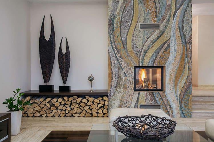 Удачно подобранные оттенки в настенной композиции с камином