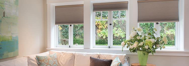 Рулонные шторы можно делать из трубочек, приготовленных из тонких бумажных обоев