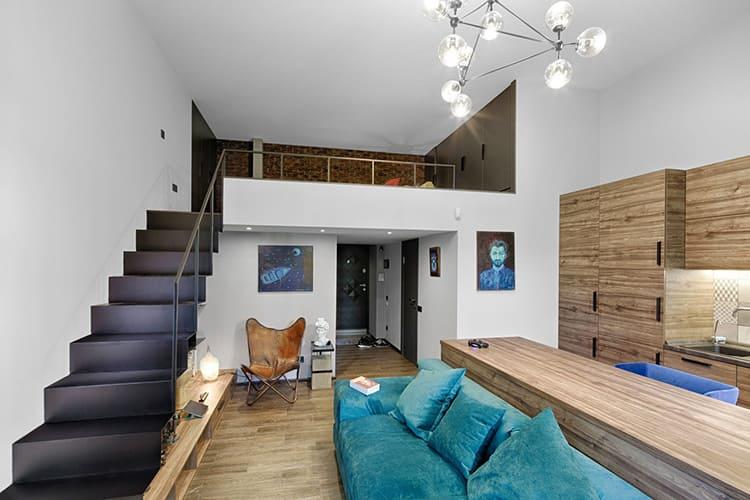 Если потолки высокие, то можно обустроить второй ярус, что увеличит жилую площадь