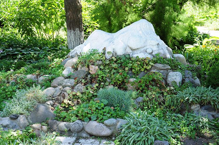 Имитация горной вершины – для этого камни наваливают крутой горкой, верхушку венчают крупным камнем