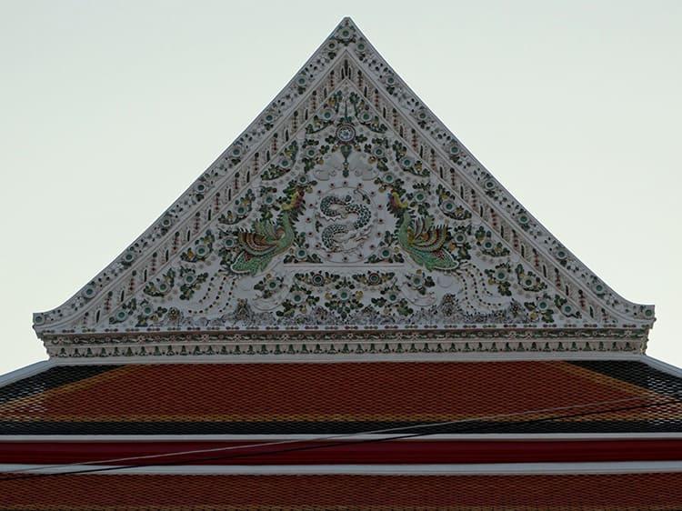 Декоративный фронтон обычно выполняется в том случае, если внутри не оборудовано дополнительное помещение