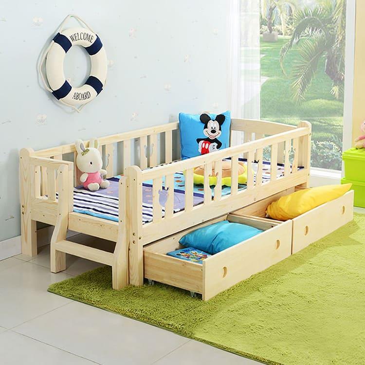 Деревянная детская кровать с бортиками и выдвижными ящиками