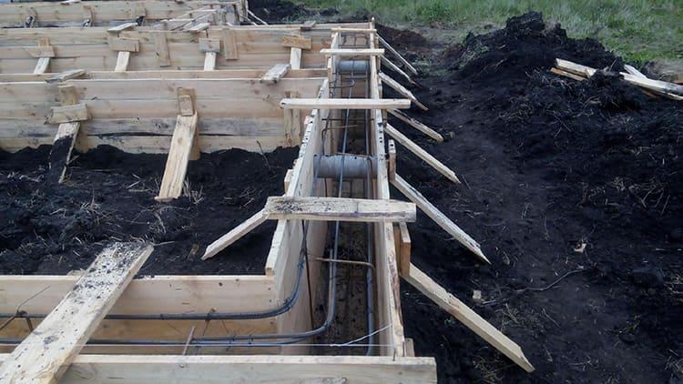 Металлическая арматура «потянет» на значительную сумму, как и бетонная смесь, которую придётся залить в траншею