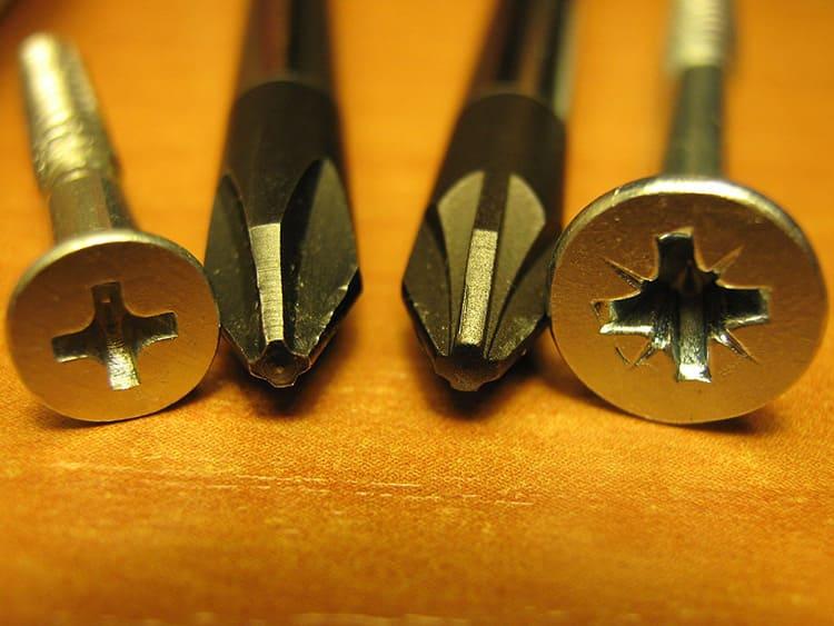 Подобные шурупы можно вывернуть как шлицевой, так и крестовой отвёрткой