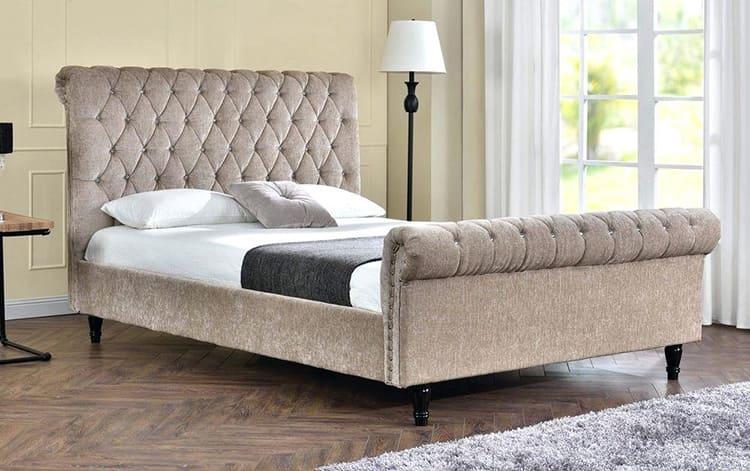 «Королевские кровати» с изогнутыми спинками чаще выполняются из дерева
