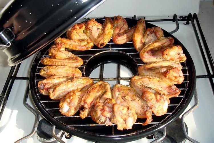 Во время готовки сковородку ставят так, чтобы отверстие в «бублике» оказалось прямо над огнём. Горячий воздух попадает в посуду, циркулирует в ней, возвращаясь к конфорке для нового разогрева