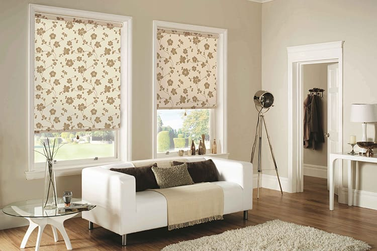 Рулонные шторы часто устанавливают на окна в комнатах-фотостудиях
