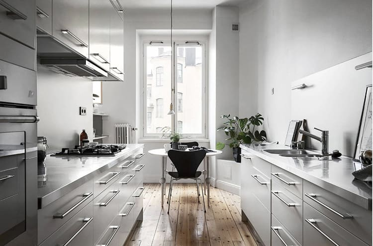 Двухрядная планировка предполагает прямую кухню средней ширины