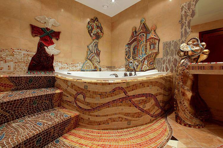Мозаичное покрытие в стиле «Гауди» придаст ванне волшебный колорит