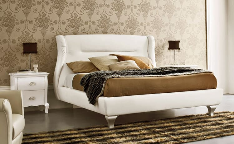 В нишах под кроватью можно хранить не только постельное белье