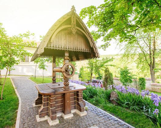 Украшение участка - строим домик для колодца на вашей даче