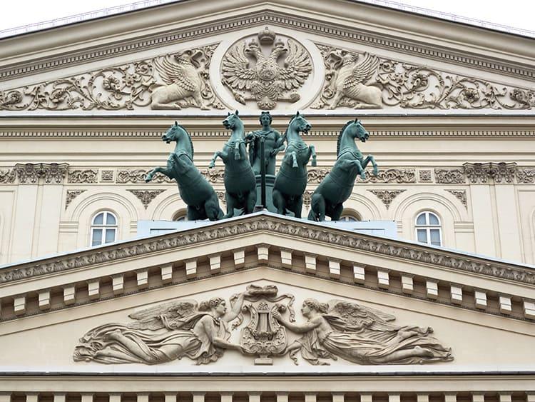 На одной стороне здания могут быть созданы два отдельных фронтона и у каждого свой стиль декоративного оформления