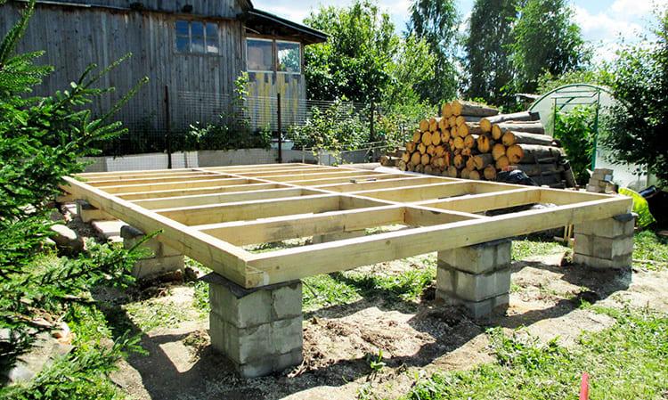 Технология столбчатого фундамента предусматривает установку бетонных столбов в грунт на значительную глубину и соединение их ростверком, на котором уже и будет размещаться постройка