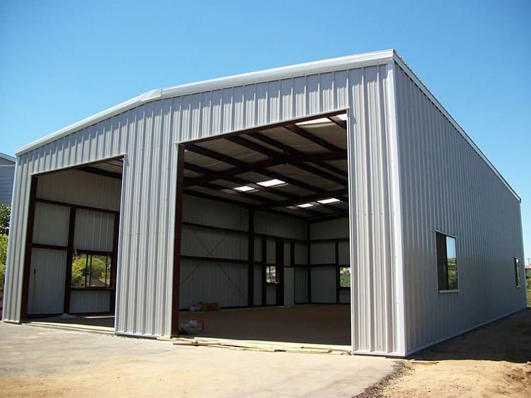 Такие постройки обычно дополняются санузлом для рабочих и местом отдыха