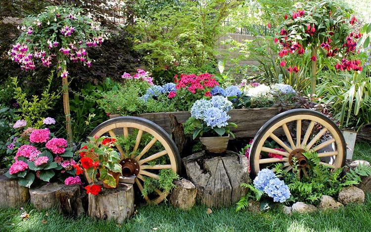 Для изготовления садового декора используют практически весь спектр строительных и подручных материалов: от бетона до пластиковых бутылок