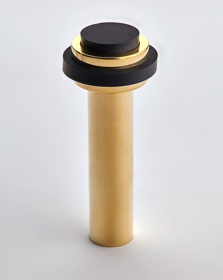 Столбики, которые прочно фиксируются на полу, имеют высоту до 7 см и диаметр около 3 см. Для предохранения полотна от повреждения имеют резиновый ободок. Этот ободок можно заменить при износе
