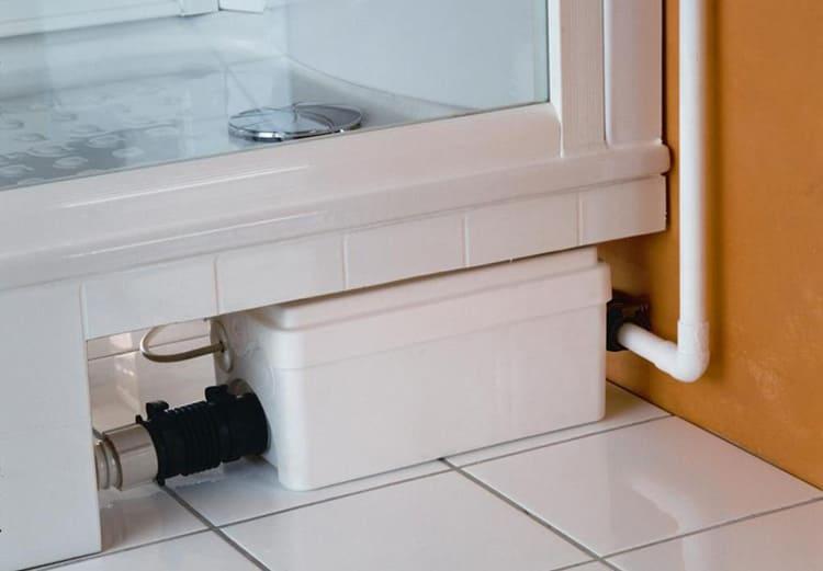 Устройство подходит для подключения к подвесному унитазу или под душевой поддон