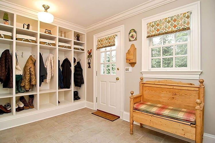В такой прихожей можно разместить не только шкаф для верхней одежды, но выделить место для удобного диванчика