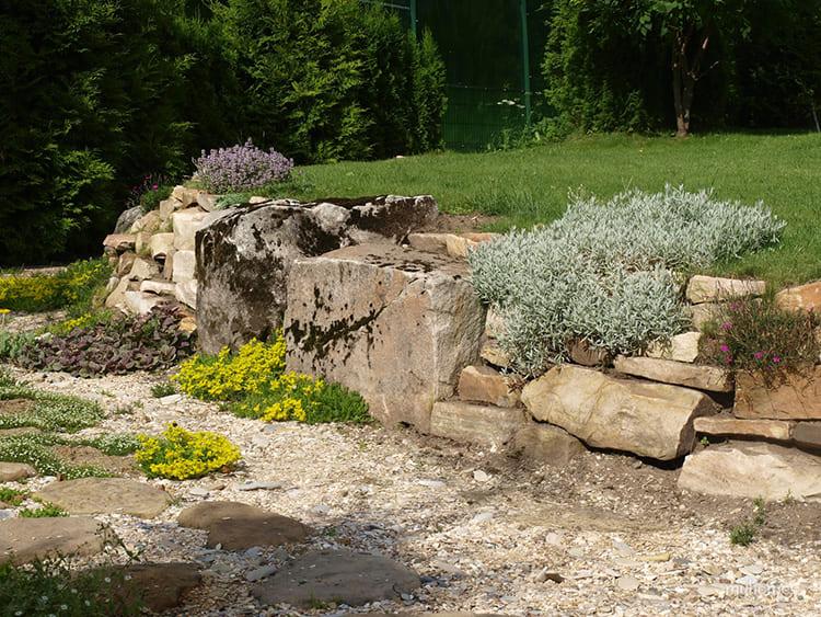 Подпорная стенка – такие горки служат укреплением естественных склонов