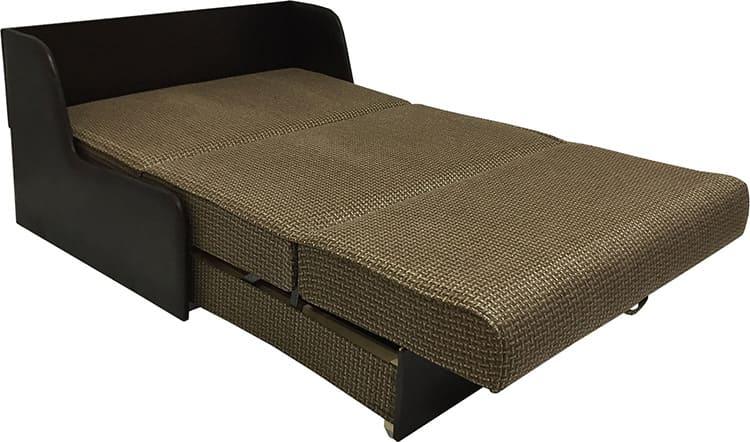 Прочный диван-аккордеон имеет удобное изголовье. Такая модель подходит как двуспальная кровать