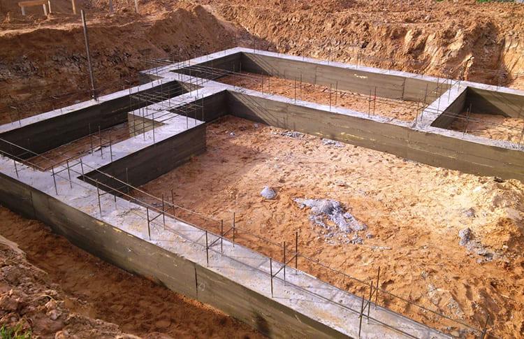 Эта часть строительной конструкции может «потянуть» половину бюджета. И чем сложнее грунт, тем больше сил и средств уйдёт на основание, чтобы оно выдержало массивное здание