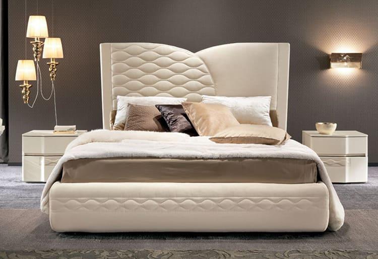 Навесной борт может быть на всю заднюю стенку, к которой сдвинута кровать