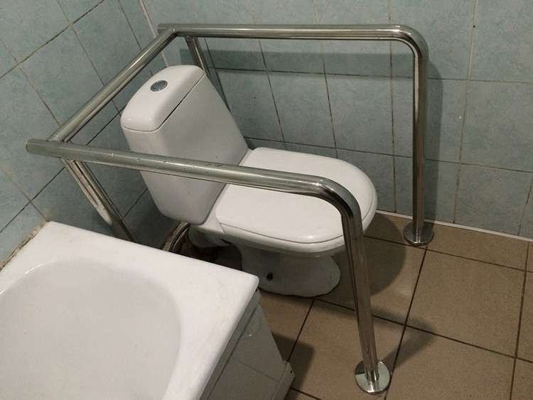 Обычно они занимают довольно много места, но никто не говорит, что хранить их нужно именно в ванной