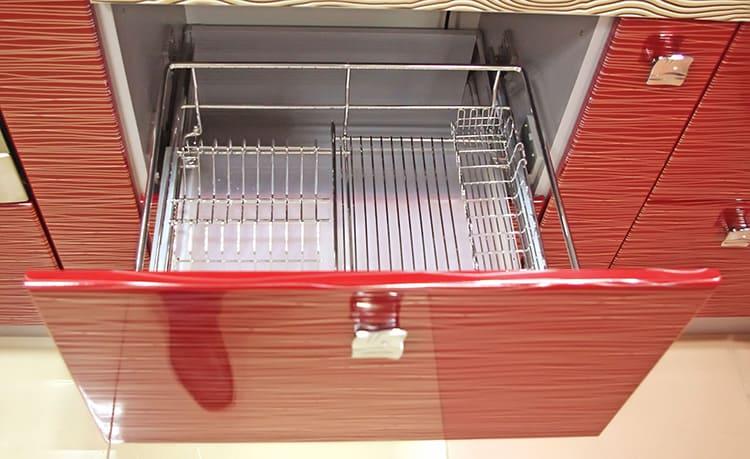 Удобные салазки с мягким ходом дают возможность легко открывать, доставать и ставить посуду
