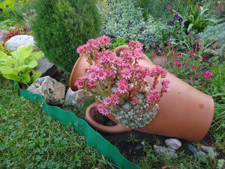 Горка из вазонов – горшки разной формы и размеров укладывают в хаотичном порядке и заполняют грунтом и растениями