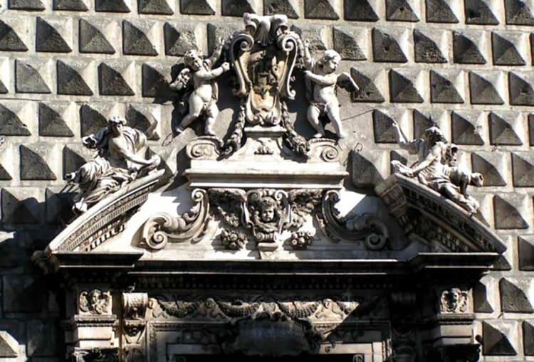 Разорванные варианты фронтонов могут быть сконструированы и в верхней части окон
