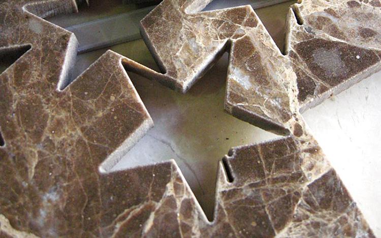 Бесконтактная резка используется для обработки пластика и натурального камня
