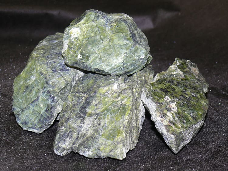 Этот камень родом из магмы, а значит, способен выдерживать необычайно высокую температуру до 1800ºС