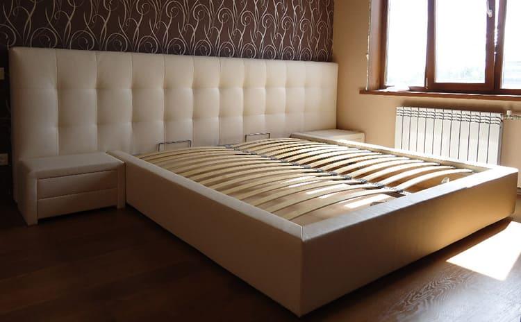 В доме, где есть питомцы, лучше не использовать кровати с обтяжкой кожи