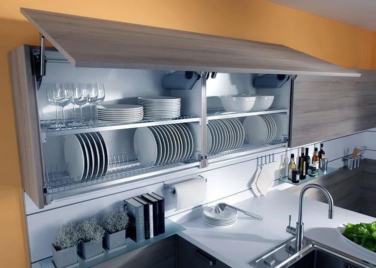 Обычно в таких конструкциях каждый ярус имеет собственный поддон, что не даёт воде стекать на посуду нижних ярусов
