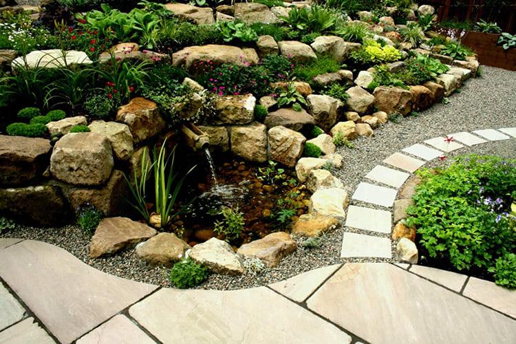 Горка с водоёмом – это уже сложная композиция, иногда с водопадом или фонтаном, каменистыми берегами и растениями, любящими воду