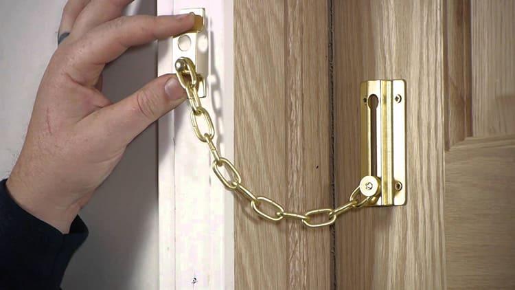 Фиксаторы с замком прочно закрепляют дверь в открытом или закрытом положении. Такие устройства можно часто встретить в организациях, магазинах и других общественных местах с большой проходимостью