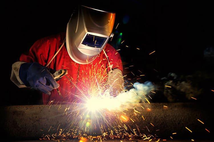 Руки в работе совершенно свободны, а маска надёжно защищает лицо не только от дуги, а и от искр и газов