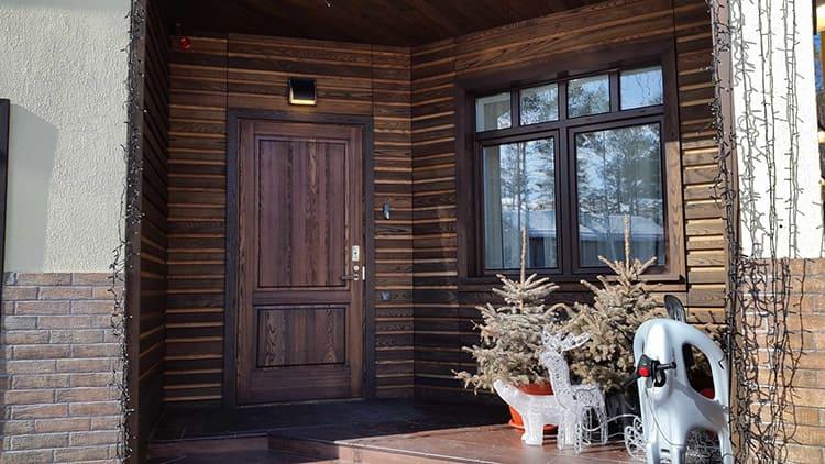 Для изготовления входной двери может использоваться разная древесина