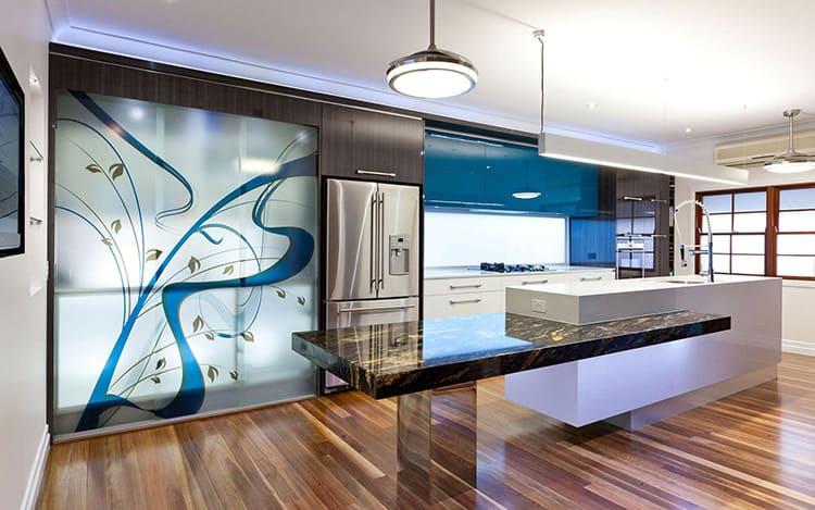 Интересное решение для ценителей оригинального стиля: абстракция на металлических, зеркальных или пластиковых панелях в части стены