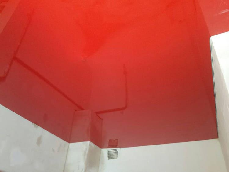 К использованию красного глянцевого полотна стоит отнестись с осторожностью