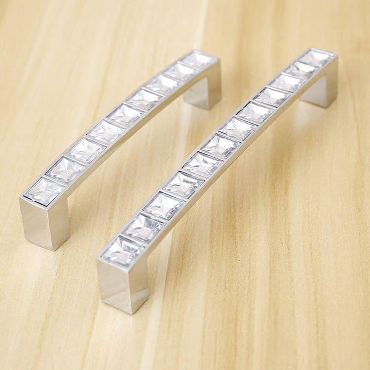 Сенсорные варианты фурнитуры могут иметь подсветку разного оттенка. Часто выбирают свечение, соответствующее тону мебели