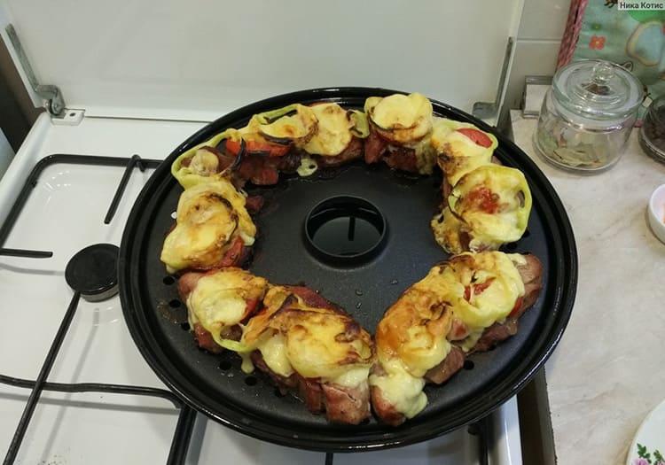 Жир из продуктов вытапливается в процессе готовки и стекает в поддон