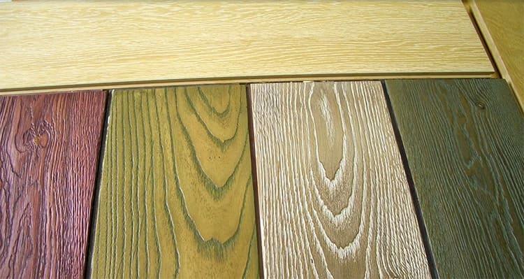 Цветной воск не перекрывает, а подчёркивает природную структуру древесины