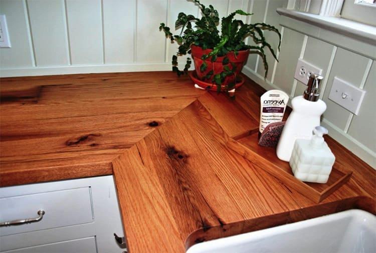 Универсальный состав можно использовать для реставрации столешницы на кухне, однако на нём могут остаться пятна от горячего