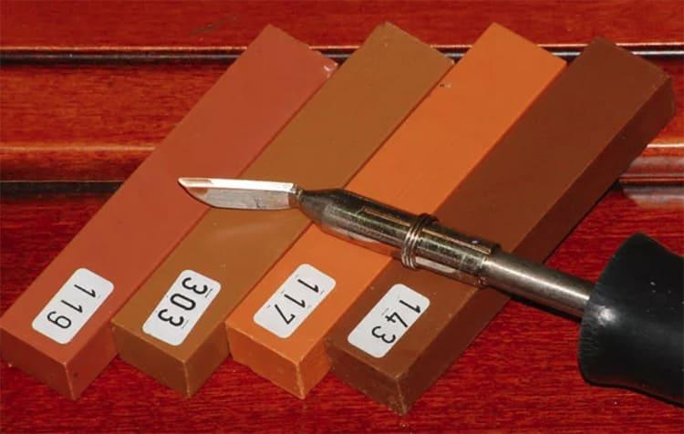 Для нанесения твёрдого состава удобнее использовать специальный шпатель-лопатку