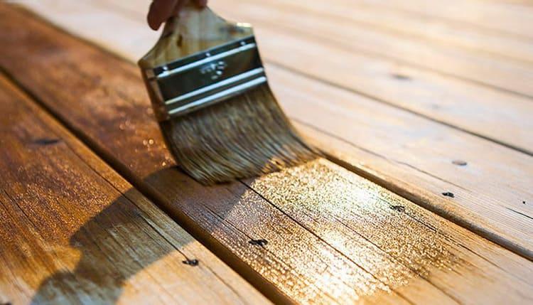 Жидкий состав хорошо проникает в структуру древесины