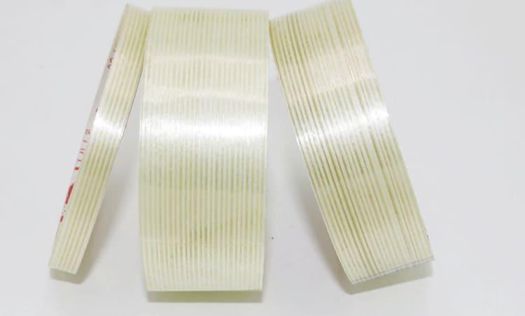 В одном рулоне 25 м клейкой ленты. Ширина скотча может быть разной