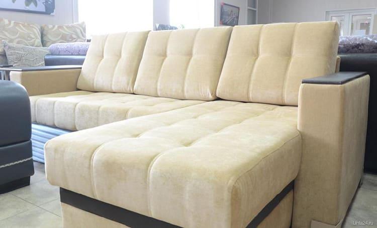 ФОТО: m.uhta24.ru Для семей с животными и маленькими детьми лучше всего выбирать диван из флока.
